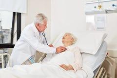 Artsencontroles ademhaling van een ziek bejaarde royalty-vrije stock foto's