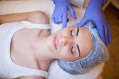 Artsencosmetologist die gezichtsmassage girl spa doen stock afbeeldingen