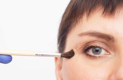 Artsencosmetologist maakt het meisje tot een chemische schil op het gezicht om littekens en het met littekens bedekken van de han stock afbeeldingen