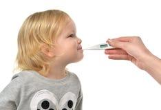 Artsenhand die temperatuur meten aan het kindjong geitje van de babypeuter met Stock Afbeelding