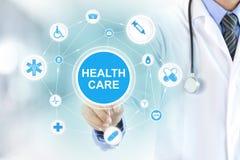 Artsenhand wat betreft GEZONDHEIDSZORGteken op het virtuele scherm Stock Afbeeldingen