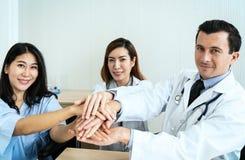 Artsenhanden die aan geduldige handen houden stock fotografie