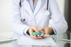 Artsenhanden die pak van het verschillende close-up van tabletblaren houden Het leven sparen de dienst, wettelijke drogisterij, s royalty-vrije stock fotografie