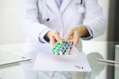 Artsenhanden die pak van het verschillende close-up van tabletblaren houden Het leven sparen de dienst, wettelijke drogisterij, s royalty-vrije stock afbeelding