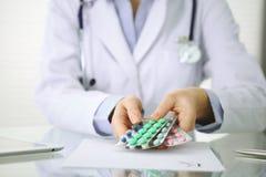 Artsenhanden die pak van het verschillende close-up van tabletblaren houden Het leven sparen de dienst, wettelijke drogisterij, s royalty-vrije stock foto