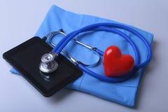 Artsenlaag met medische stethoscoop en rood hart op het bureau Royalty-vrije Stock Afbeelding