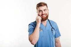 Artsenmens die het eenvormige spreken dragen Stock Foto's