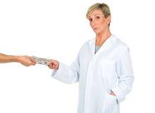 Artsenvrouw die geld van een persoon ontvangen Royalty-vrije Stock Foto