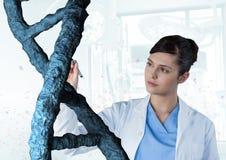 Artsenvrouw die met 3D DNA-bundel interactie aangaan Stock Foto