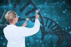 Artsenvrouw die met 3D DNA-bundels tegen blauwe achtergrond interactie aangaan Stock Fotografie