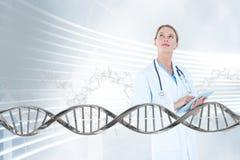 Artsenvrouw die omhoog met 3D DNA-bundel kijken Royalty-vrije Stock Afbeeldingen