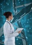 Artsenvrouw die zich met 3D DNA-bundel tegen blauwe achtergrond bevinden Stock Afbeeldingen
