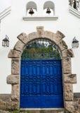 Artsy blauwe geschilderde dubbele poort met grijze stenen royalty-vrije stock afbeelding