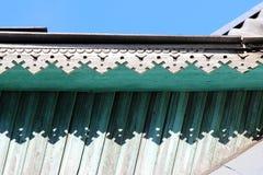 artsy decorversiering en klassiek oud blokhuis de driehoekige turkooise kleur van de patronen houten textuur stock foto