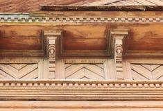 artsy decorversiering en klassiek oud blokhuis driehoekige de baksteenkleur van de patronen houten textuur royalty-vrije stock afbeeldingen