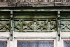 artsy decorversiering en klassiek oud blokhuis driehoekige de baksteenkleur van de patronen houten textuur royalty-vrije stock foto's
