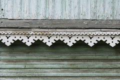 artsy Dekorordnung und klassisches altes Holzhaus dreieckige Muster und hölzerne Beschaffenheitstürkisfarbe stockfotos