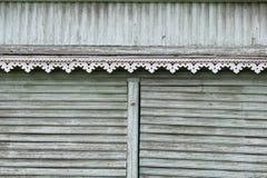 artsy Dekorordnung und klassisches altes Holzhaus dreieckige Muster und hölzerne Beschaffenheitstürkisfarbe stockfotografie