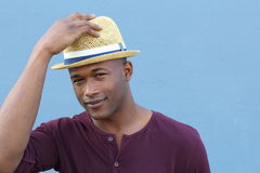 Artsy die student het groeten met zijn hoed kijken stock fotografie