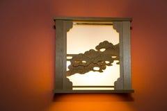 Artsy houten-Gesneden Lamp op Oranje Muur stock afbeeldingen