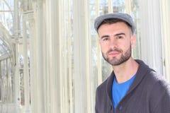 Artsy schauender Student, der auf dem Campus mit Kopienraum lächelt stockfotografie