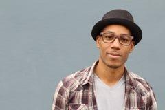 Artsy schauender Student, der auf dem Campus mit Kopienraum lächelt lizenzfreies stockfoto