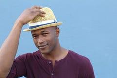 Artsy schauender Student, der mit seinem Hut begrüßt stockfotografie