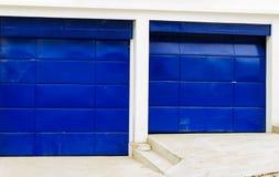 Artsy starka blått färgade garagedörrar Arkivfoto