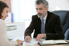 Arttorney με τον πελάτη που υπογράφει μια σύμβαση Στοκ Εικόνα