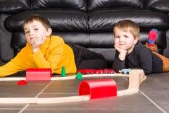 Żartuje chłopiec bawić się z drewnianymi pociągami zdjęcie royalty free