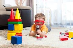Żartuje chłopiec bawić się z elementami i ono wyobraża sobie bohater Obrazy Royalty Free