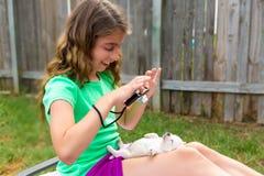 Żartuje dziewczyny bierze fotografie szczeniaka pies z kamerą Obrazy Stock