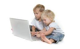 żartuje laptop nad biel Zdjęcie Stock