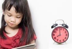 Żartuje nauka czas, Azjatycka dziewczyna czyta książkę Fotografia Royalty Free