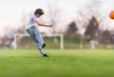 Żartuje piłka nożna futbol - dziecko gracz na boisko do piłki nożnej obraz stock