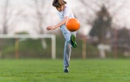 Żartuje piłka nożna futbol - dziecko gracz na boisko do piłki nożnej zdjęcie stock