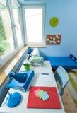 Żartuje pokój z białym biurkiem Fotografia Stock