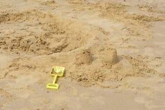 Żartuje rydel łamanym sandcastle Zdjęcie Stock
