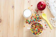 Żartuje zdrowego szybkiego śniadaniowego Kolorowego ryżowego zboża, mleka i czerwieni, Zdjęcia Stock