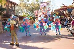 Artyści estradowi w kolorowych kostiumach uczestniczy w DisneyWorld paradują Obrazy Stock