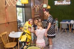 Artyści estradowi zabawiają szczęśliwych dzieciaków podczas dziecko ochrony dnia Zdjęcie Stock