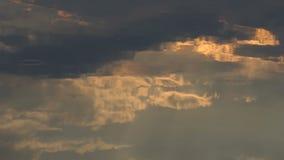 Arty Cloudscape con Gray And White Clouds Reflected en Forest Lake almacen de metraje de vídeo