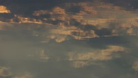 Arty Cloudscape con Gray And White Clouds Reflected en Forest Lake -2 almacen de video