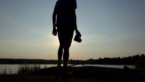 Arty mężczyzna strzela złotego sunpath na jeziorze przy zmierzchem w mo zbiory