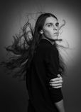 Arty portret van modieus mannelijk model met vliegend haar Stock Foto's