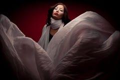 Arty portret van mooi brunette met vliegende witte sjaal Royalty-vrije Stock Foto