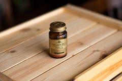 Artykuł wstępny - Solgar B12 witaminy butelka zdjęcie stock