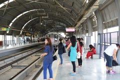 Artykuł wstępny: Gurgaon, Delhi, India: 06th 2015 Czerwiec: Ludzie czeka metro pociąg przy MG Gurgaon Drogową stacją Zdjęcia Stock