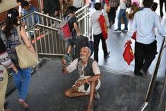 Artykuł wstępny: Gurgaon, Delhi, India: 06th 2015 Czerwiec: Niezidentyfikowany stary biedny człowiek błaga od ludzi przy Gurgaon, Zdjęcia Royalty Free