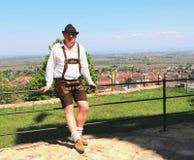 Artykuł wstępny: Niemiecki mężczyzna w tradycyjnych lederhosen Fotografia Royalty Free